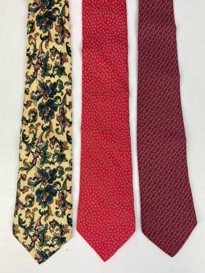 HERMES  Deux cravates en soie à fond rouge...