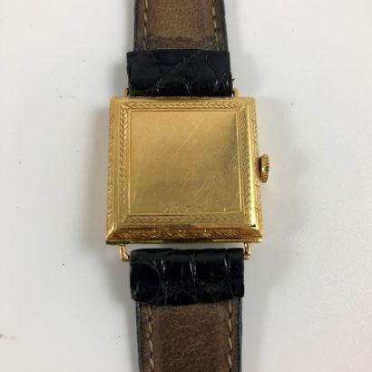 MONTRE CARREE. Réf : 2978. Montre carrée en or 750/1000. Bracelet cuir noir, boucle...