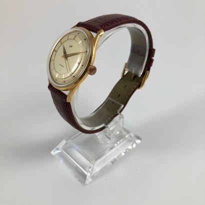 LIP Vers 1970. Réf: 8021XXXX. Montre bracelet en plaqué or jaune, cadran gold signé...