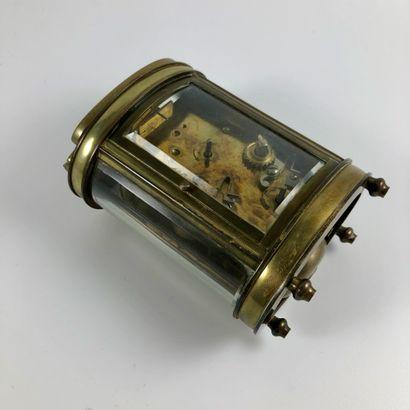 PENDULETTE D'OFFICIER. Pendulette de forme ovale. Mécanisme apparent. Fonction réveil....