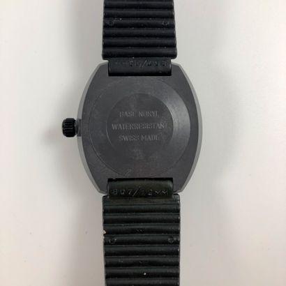 ANONYME EROTIQUE CABARET VERS 1970/80 Originale montre bracelet en plastique/ nylon....