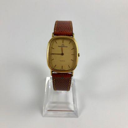 JAEGER LECOULTRE. Réf : 0850-51. Montre bracelet en plaquée or. Boitier rectangulaire...