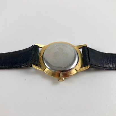 ALLAINE. Vers 1960. Montre bracelet Allaine. Cadran jaune signé. Index bâtons appliqués....