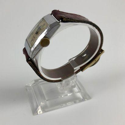 """LIP T18 Vers 1930. Montre bracelet en acier, boitier """"tank"""", cadran blanc signé,..."""
