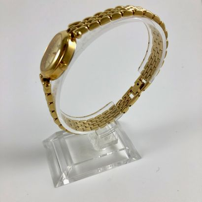 MAJESTIC QUARTZ : Montre ovale en plaqué or. Index appliqués points. Bracelet plaqué...