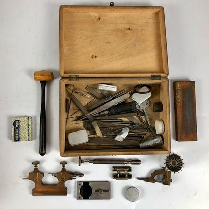 Lot d'outillage: Tour à main, comparateur JKA, potence à riveter, ensemble d'outils...
