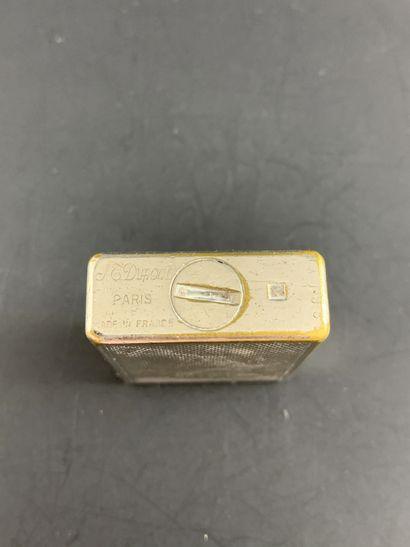 S.T DUPONT PARIS  Briquet à gaz, vers 1980.  En argent à décor de chevrons.  En...
