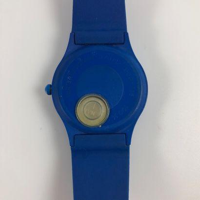 CIRCUIT PAUL RICARD. Montre en plastique bleu, boitier rond. Cadran aux couleurs...