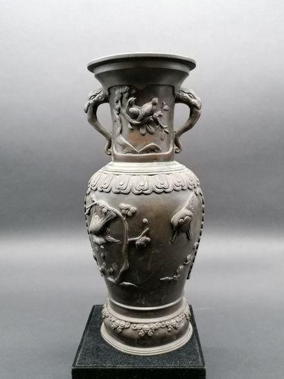 CHINE  Vase en bronze à décor d'oiseaux et...