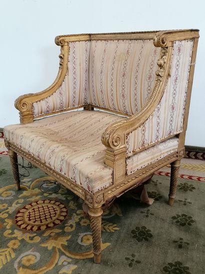 FAUTEUIL BAS  de style Louis XVI en bois...