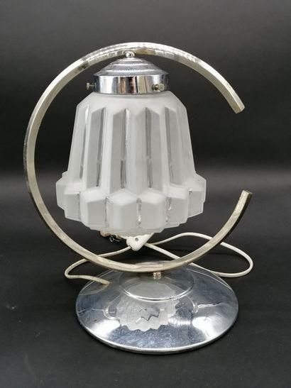 LAMPE D'APPOINT  en métal chromé et globe...