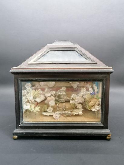 CHASSE RELIQUAIRE  en bois et verre contenant...