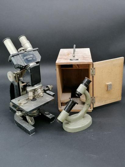 Lot de deux MICROSCOPE  L'un Stiassnie binoculaire...
