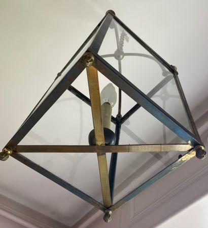 LANTERNE quadrangulaire à une lumière en laiton. H : 54 cm