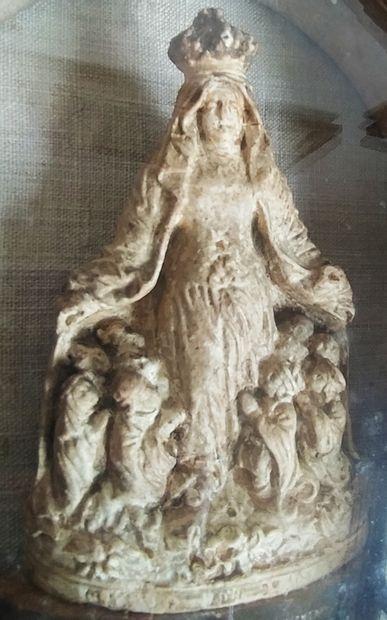 MÉDAILLON en chêne sculpté et ajouré à décor d'agrafes renfermant au centre une...