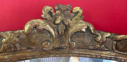 DEUX MIROIRS formant pendants de forme rectangulaire en bois redoré mouluré et sculpté...