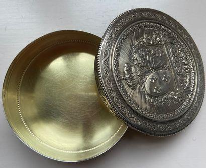 BONBONNIERE de forme circulaire en argent guilloché à décor rayonnant orné sur le...