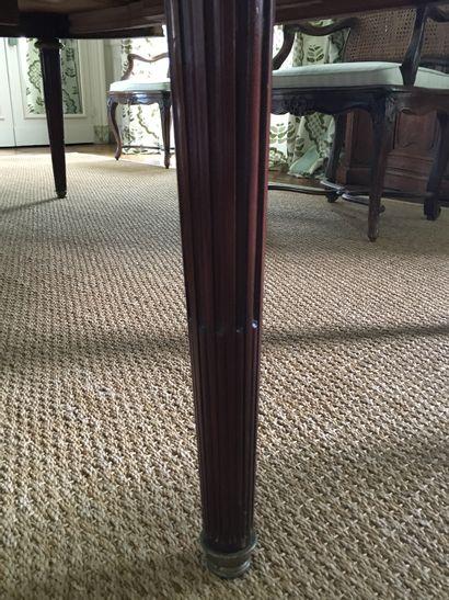 TABLE DE SALLE À MANGER de forme ovale en acajou moiré, la ceinture bandeau moulurée...