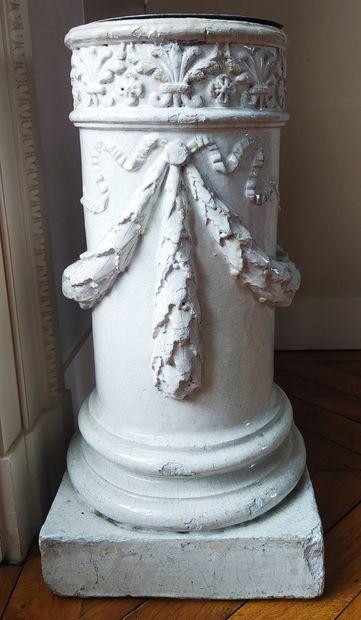 PORTE-PARAPLUIE ( partie de poêle) en forme de colonne ornée de guirlandes de laurier...