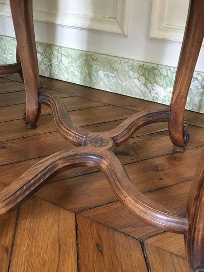 SUITE DE DIX CHAISES à dossier mouvementé, en bois naturel mouluré et sculpté de...