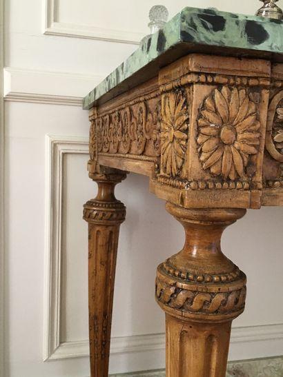 PAIRE DE CONSOLES en bois naturel mouluré, sculpté de fleurs et d'entrelacs à fleurons,...