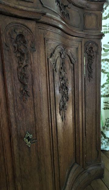 BUFFET DE CHASSE de forme mouvementée en chêne naturel mouluré et sculpté de trophées...