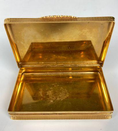 PILULIER ou TABATIERE en or 18 carats ciselé de rinceaux fleuris dans un médaillon...