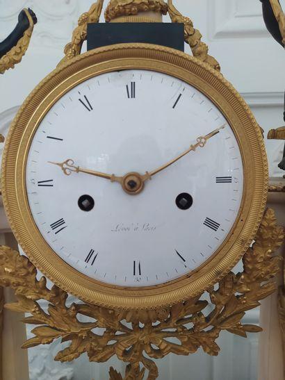 PENDULE PORTIQUE en marbre blanc et bronze doré à montants à cariatides entourant...