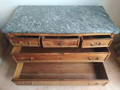 COMMODE en bois naturel mouluré, les montants cannelés, ouvrant à cinq tiroirs sur...