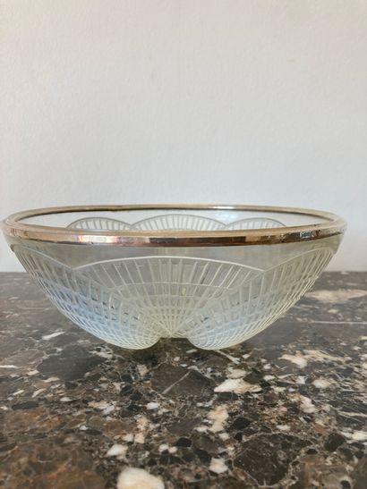 R.LALIQUE FRANCE Coupe « Coquilles », 1924-1937 Verre blanc moulé-pressé opalescent...