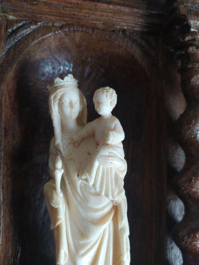 FRONTON de vaisselier en chêne mouluré et sculpté à décor de colonnettes torsadées...