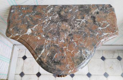 DEUX CONSOLES D'APPLIQUE formant paire de forme galbée en bois naturel mouluré et...