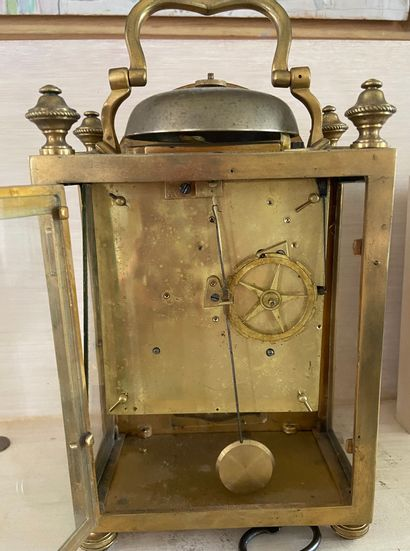 PENDULE D'OFFICIER en bronze ciselé et doré à décor de feuillage, le cadran à Quantièmes....