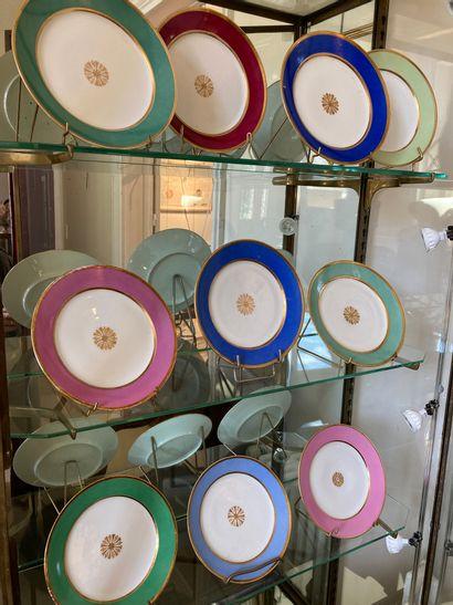 PARIS Dix-neuf assiettes en porcelaine blanche...