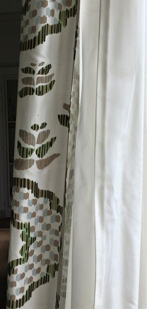 THORP OF LONDON Deux paires de rideaux en soie doublées. Environ 400 x 240 cm