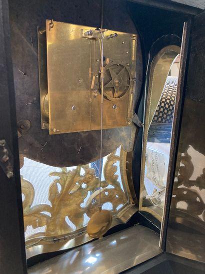 CARTEL et sa console en bronze ciselé et doré à décor de fleurs et rocaille, le...