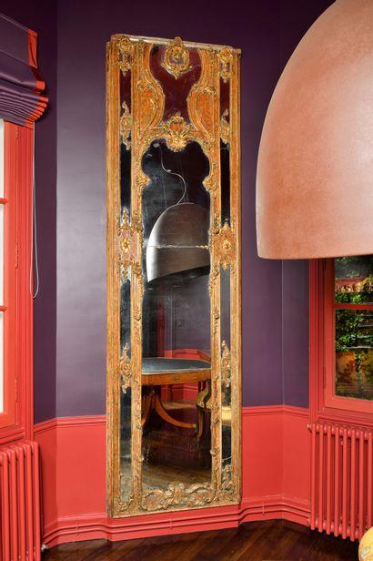 PAIRE DE MIROIRS en bois polychrome et doré, mouluré et sculpté de fleurettes, de...