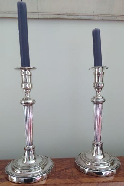 PAIRE DE BOUGEOIRS en métal argenté, le fût...