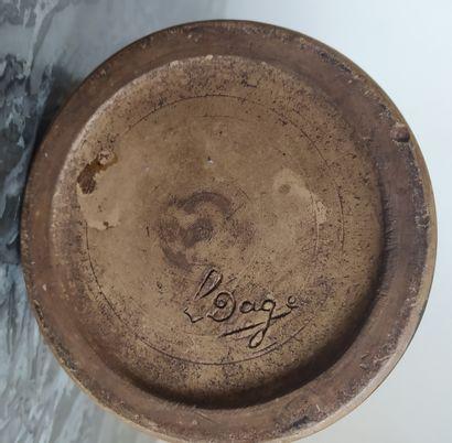 LOUIS DAGE (1885-1963) Vase pansu sur pied en grès émaillé dans les tons beige et...