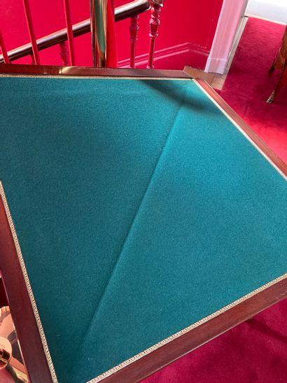 TABLE A JEUX de forme triangulaire en acajou à plateau portefeuille. Dessus en feutre....