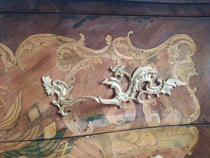 COMMODE de forme galbée en placage de bois de rose, de violette, bois de rapport...