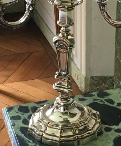 PAIRE DE CANDÉLABRES à quatre lumières en bronze argenté, le fût à pans coupés orné...