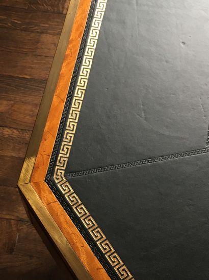 TABLE DE BIBLIOTHÈQUE de forme octogonale en placage de citronnier, la ceinture...