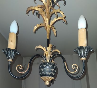 LUSTRE en forme d'ananas en taule et fer forgé laqué noir et doré à trois branches...