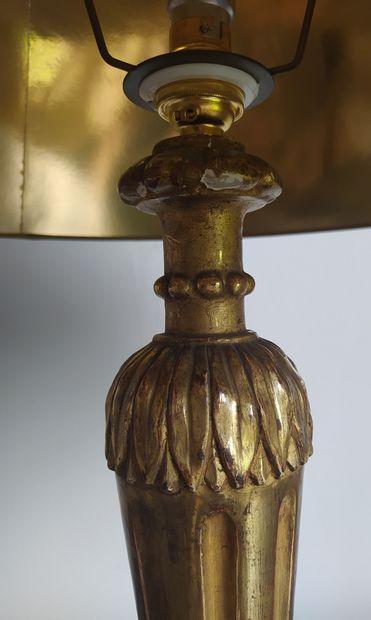 PIEDS DE LAMPE en bois doré fuselé et cannelé, sculpté de feuilles d'eau et reposant...