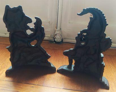 DEUX ARRÊTS DE PORTE formant pendants en fonte représentant des gnomes. XXème siècle...