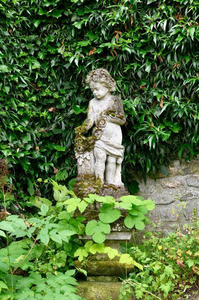 GROUPE EN PIERRE sculptée représentant un...