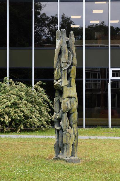 ISABELLE WALDBERG (CHE/ 1911-1990) Le cyprès dans la cour bronze à patine vert-brun...