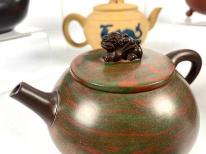 CHINE Collection de 12 théières en grès de Yixing XXème siècle Haut : 4 à 13 cm