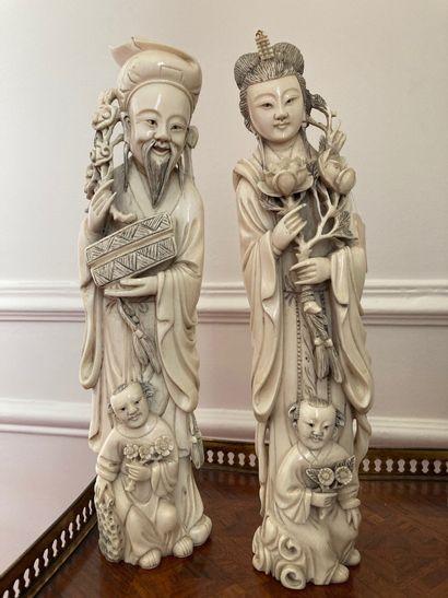 JAPON Deux okimonos en ivoire sculptés d'un couple avec enfants. Début XXe siècle...